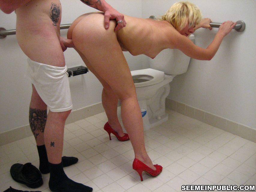 Зрелую блондинку трахнул в туалете