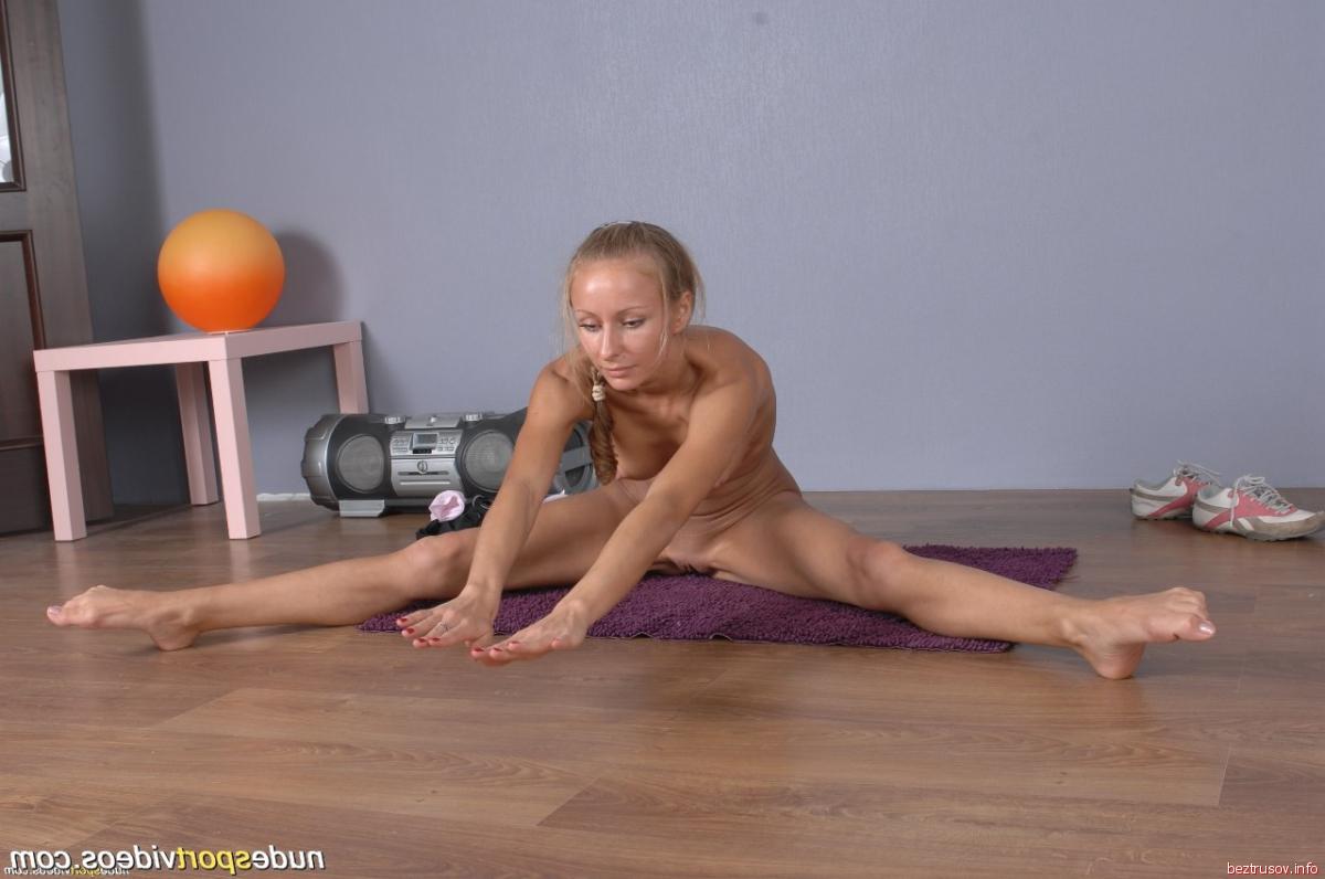 Гимнастка раздвинула ножки фото