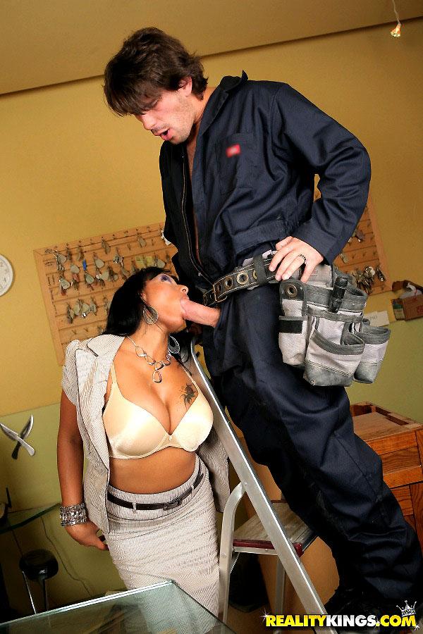 Секс с электриком порно