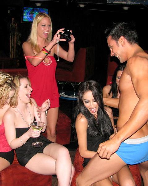 В клубе телки порно