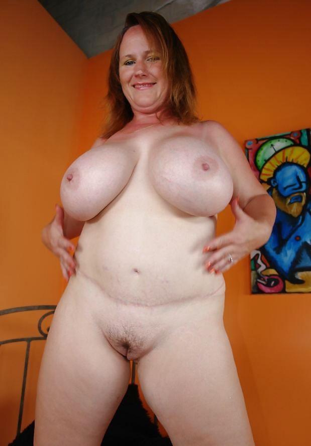 Взрослая женщина сосет толстый член и получает сперму на ...