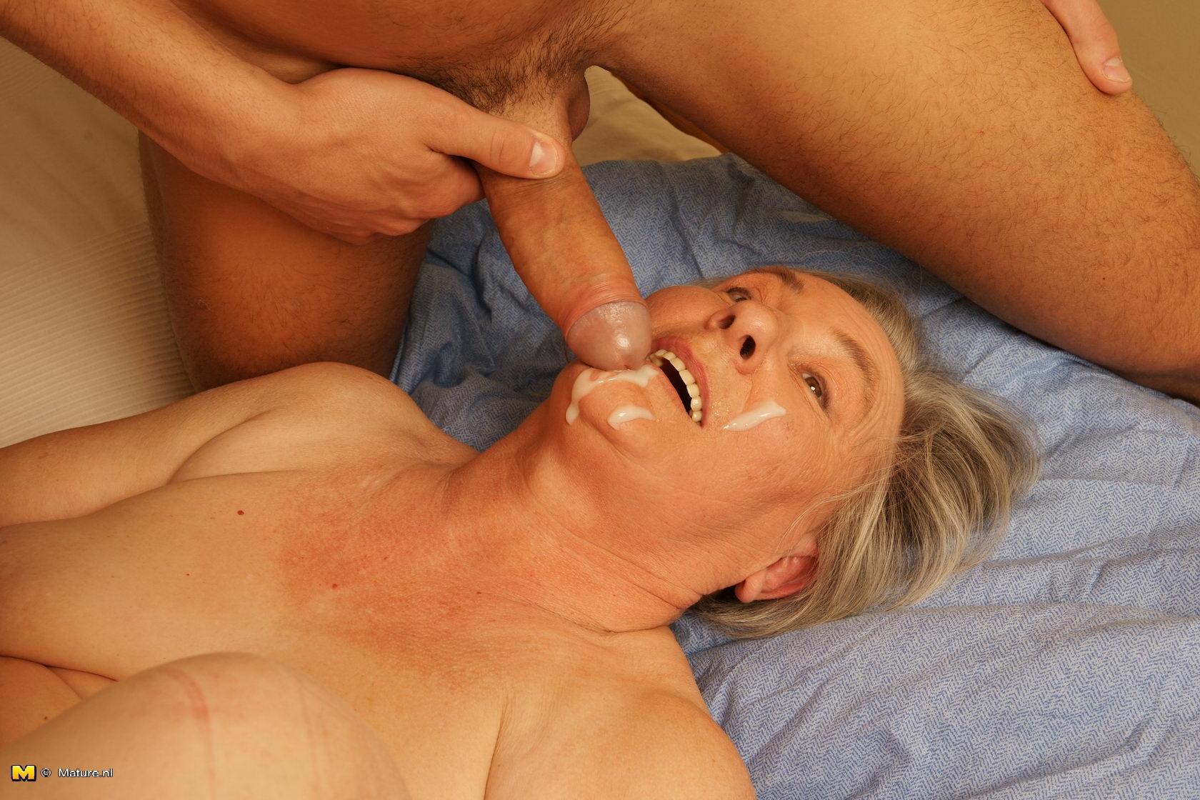 порно старик кончает в рот