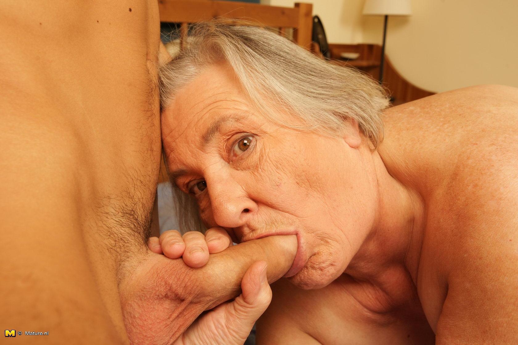 porno-babka-drochit-vnuku