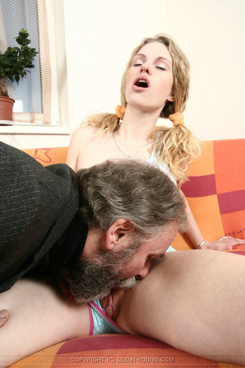 Порно голая семикласница сосет у препода