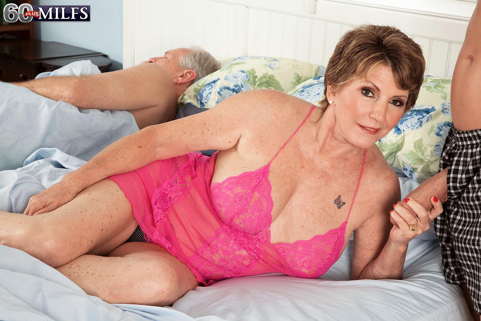Ебля на постели, бармен и посетитель удовлетворили девку порно