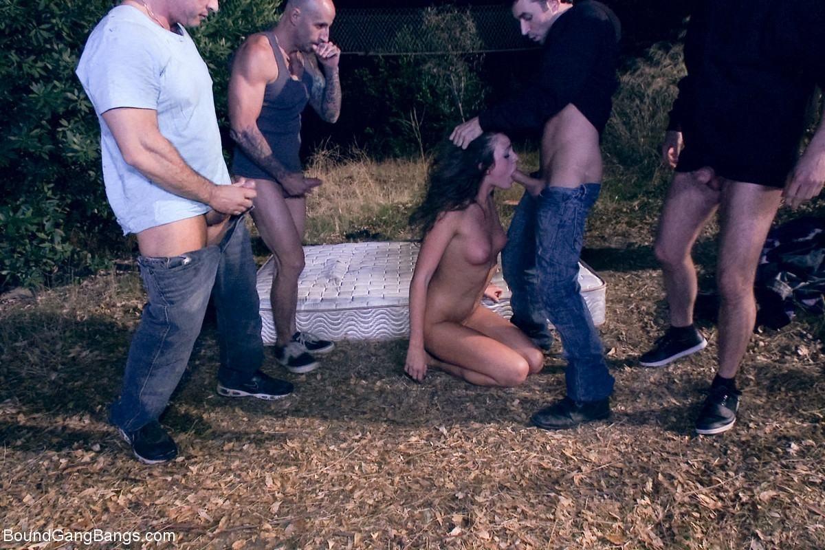 Порно Зрелую Толпой На Улице