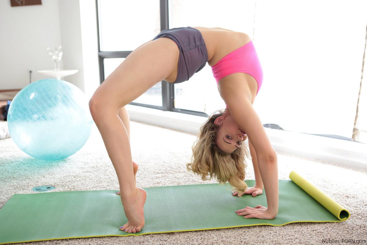 Домашняя эротика во время йоги