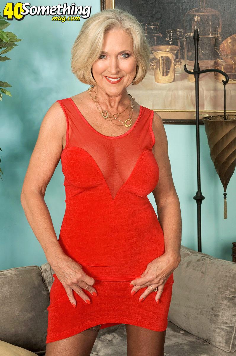 В красном платье дрочит порно