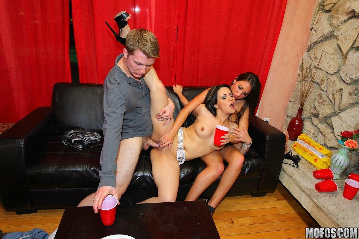 Малышка соблазнила в клубе порно